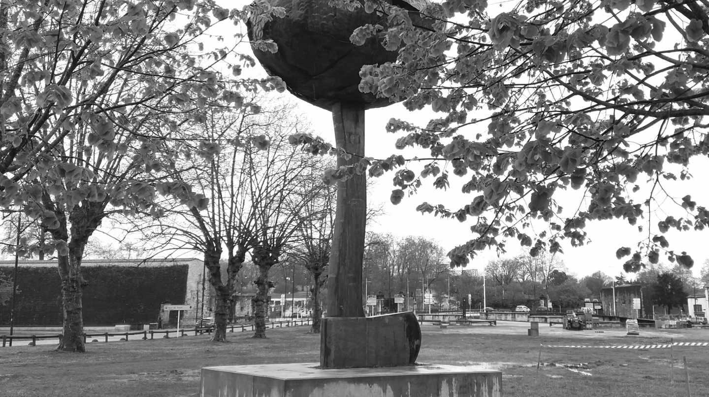Monumento 'Arbolaren egia' (La verdad del árbol), que muestra un hacha invertida de cuyo mango aflora la copa de un árbol, que recuerda el desarme de ETA producido en Bayona (Francia).