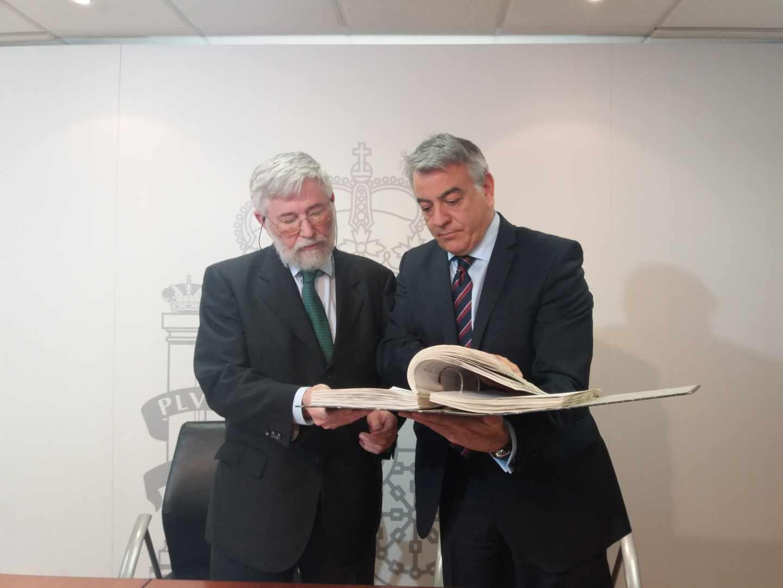 El director del Centro Memorial, Florencio Domínguez, y el delegado del Gobierno en Euskadi, Javier De Andrés, observan parte del material entregado hoy.