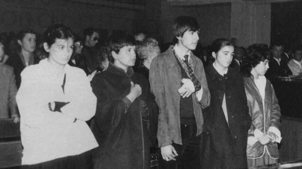 La viuda e hijos de Ángel Pascual Múgica, con Iñigo, el hijo mayor con la mano herida tras el atentado, durante el funeral celebrado en Sartaguda (Nvarra)