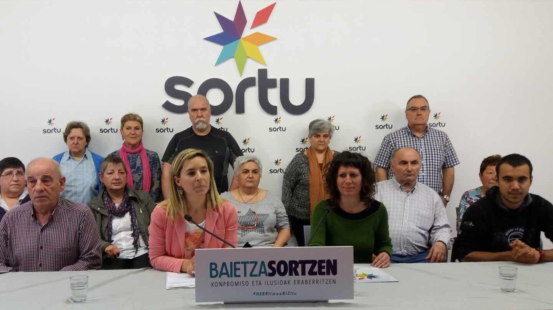 Familiares de presos de ETA fallecidos durante la comparecencia celebrada en Bilbao.