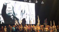 Presos de ETA son aplaudidos en el escenario del Bilbao Arena durante el acto de Sortu sobre una imagen de Arnaldo Otegi.
