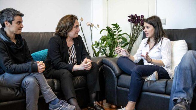 La alcaldesa de Barcelona, Ada Colay, y la portavoz parlamentaria de Unidos Podemos, Irene Montero.