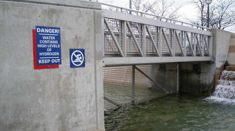 """El cartel que advertía del """"alto nivel de hidrógeno en el agua"""" que consiguió apartar a los bañistas, al menos por un tiempo."""