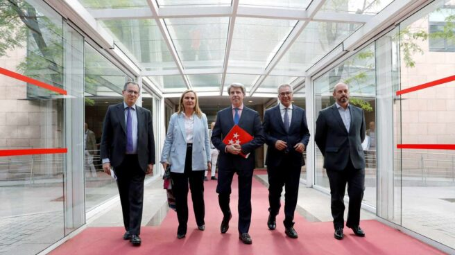 Garrido junto a Ossorio (i), la consejera Rosalia Gonzalo (2i), el consejero Carlos Izquierdo (2d) y Pedro Rollán