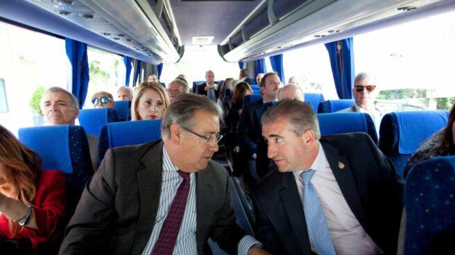 El ministro del Interior, Juan Ignacio Zoido, conversa viaja en autobús con los representantes de las asociaciones de vícitimas camino del encuentro que mantuvieron con el presidente Mariano Rajoy el jueves pasado.