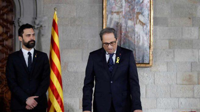 Quim Torra, acompañado por el presidente del Parlament, Roger Torrent, toma posesión de su cargo como presidente de la Generalitat.