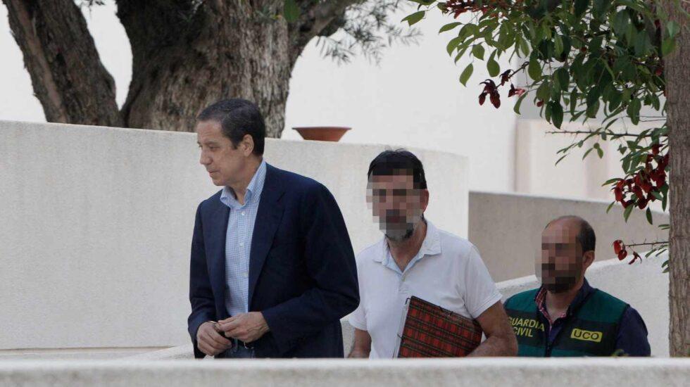 Eduardo Zaplana, junto a agentes de la UCO en uno de los registros practicados tras su detención.