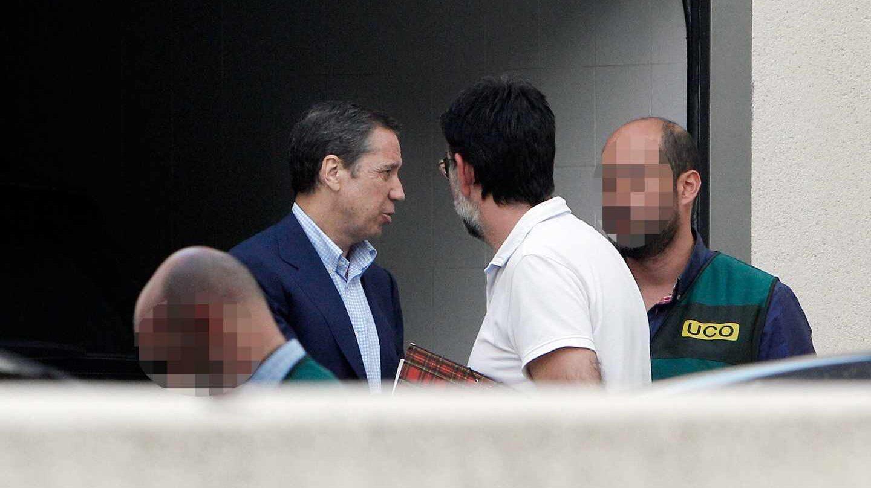 Eduardo Zaplana, este martes, durante el registro a una de sus viviendas.