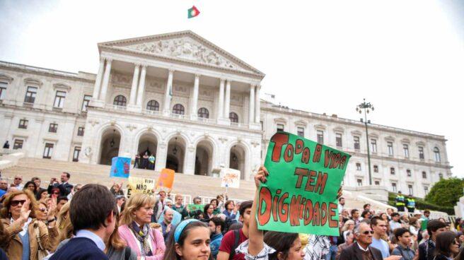 Ciudadanos se manifiestan en contra de la eutanasia ante el Parlamento en Lisboa (Portugal).