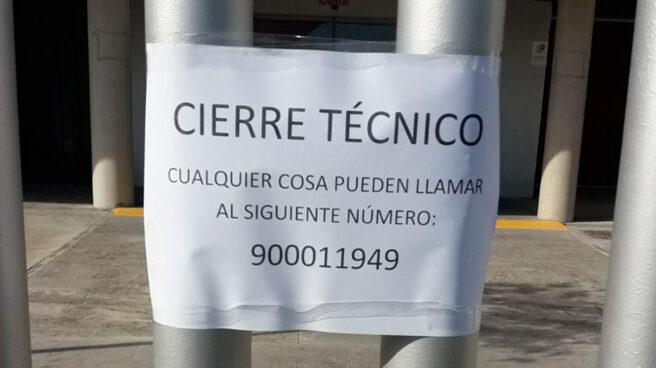 Cartel que informa del cierre de la clínica de iDental en Zaragoza.