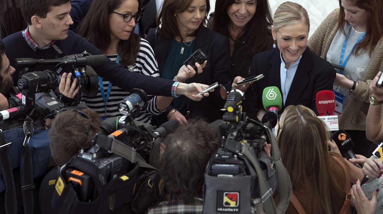 Marisa González, detrás de Cristina Cifuentes en una comparecencia.