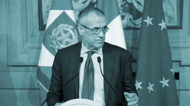 El presidente de Italia, Sergio Mattarella, con el encargado de formar gobierno, Carlo Cottarelli, en el Quirinal.