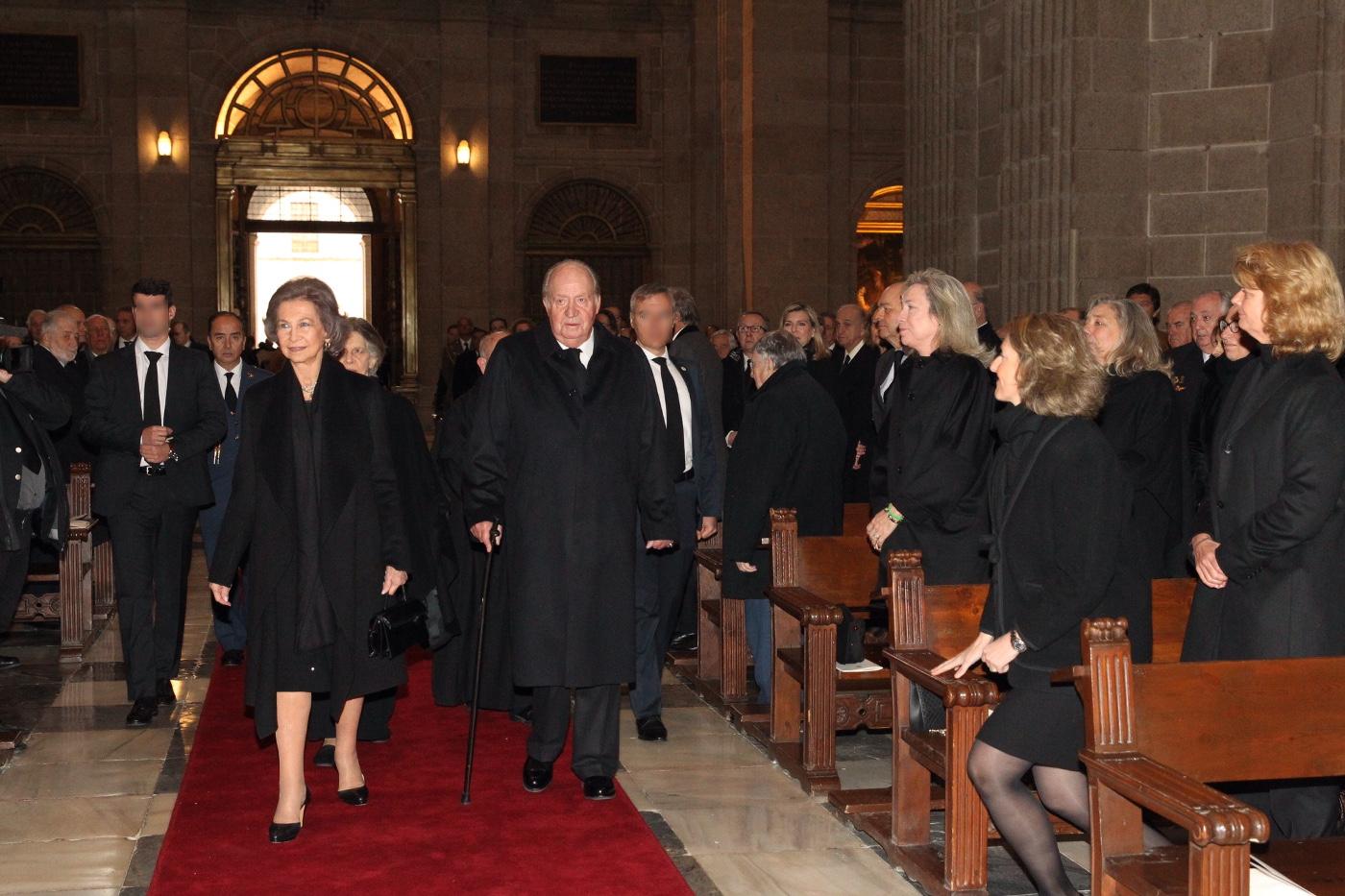 Juan Carlos I y Doña Sofía en la misa conmemorativa del XXV aniversario del fallecimiento del Conde de Barcelona, días antes de su última operación.
