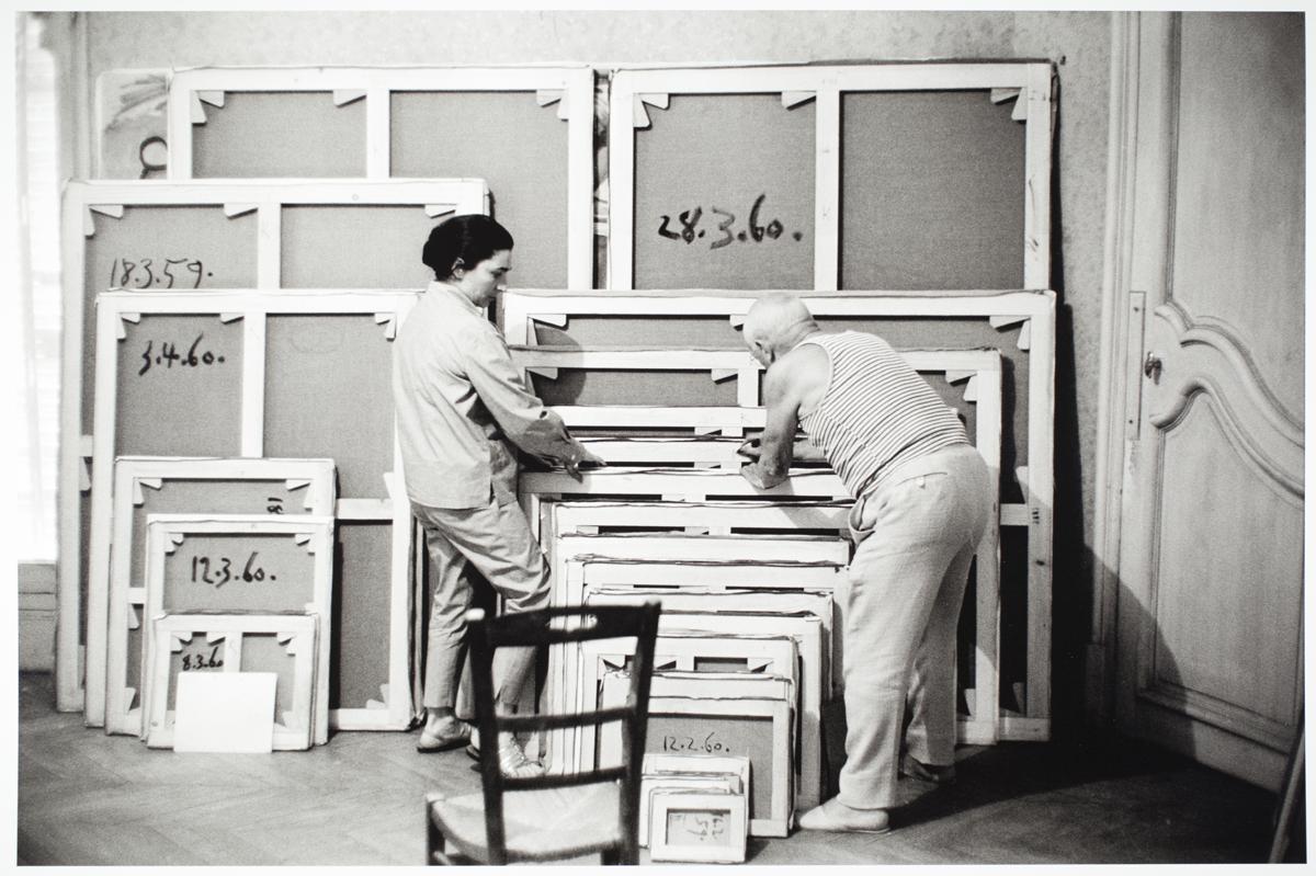 Picasso con Jacqueline firmando obras en La Californie. 1960