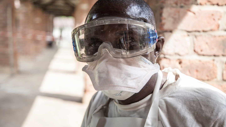 Ebola: Un sanitario que trabaja en una ala aislada del Hospital Bikoro de la República Democrática del Congo.