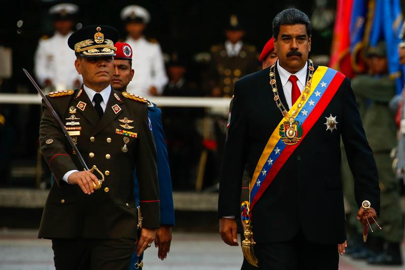 El presidente de Venezuela, Nicolás Maduro, en su toma de posesión, junto al ministro de Defensa.
