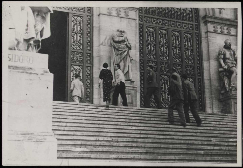 Estatua de Lope de Vega sin cabeza en la BNE. Antifafot Madrid. 1936-1936