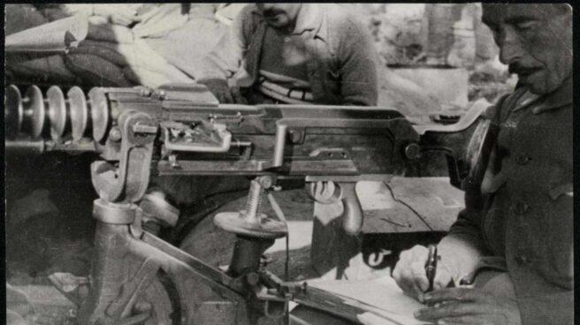 Imagen de soldado con metralleta escribiendo. Cultura en los Frentes durante la Guerra Civil. 1936-1939