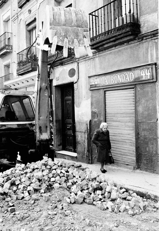 La Bondad, obras de adoquinado en Lavapies Madrid 1985 - foto Marivi Ibarrola