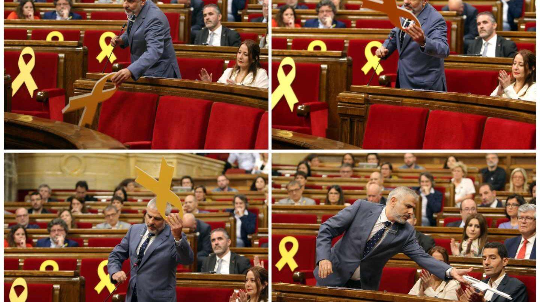 Carlos Carrizosa, de Ciudadanos, retira un lazo amarillo en el Parlament.