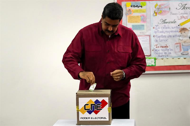 Maduro vota en Caracas.
