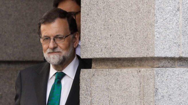 El presidente del gobierno Mariano Rajoy, abandona el Congreso tras la sesión de la mañana en la primera jornada de la moción de censura presentada por el PSOE contra el Gobierno.