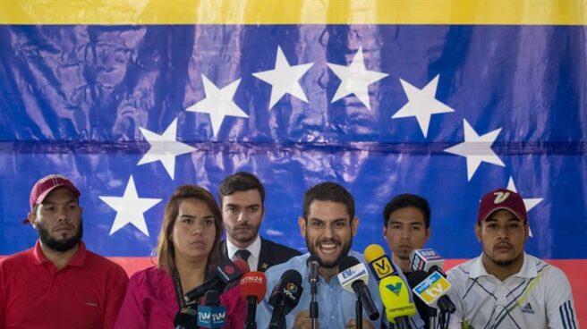 Varios miembros de la Mesa de la Unidad Democrática, alianza opositora, en una rueda de prensa en Caracas.