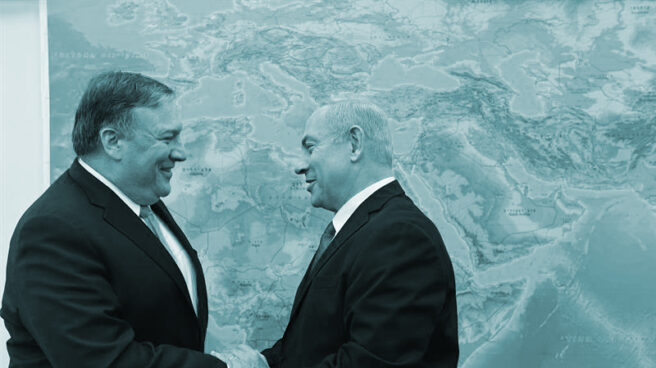 El jefe de la diplomacia de EEUU, Mike Pompeo, junto al primer ministro israelí, Benjamin Netanyahu, ante un mapa.