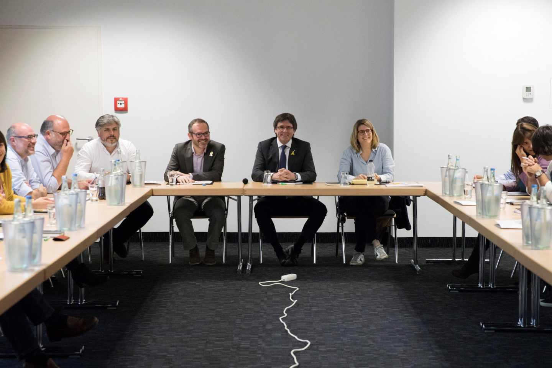 El expresidente de la Generalitat de Cataluña Carles Puigdemont, junto a la portavoz de JxCat, Elsa Altadi, en Berlín.