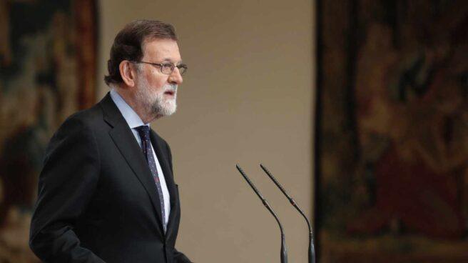 """El presidente del Gobierno español, Mariano Rajoy, durante la declaración institucional que ha pronunciado hoy en el Palacio de La Moncloa, después de que ETA, que asesinó a más de 850 personas, anunciara el jueves """"el final de su trayectoria"""" y el """"desmantelamiento"""" total """"del conjunto de sus estructuras"""". Rajoy ha asegurado que la democracia española ha """"vencido"""" a la banda terrorista ETA, y recordó a todas sus víctimas """"sin distingos ni categorías""""."""