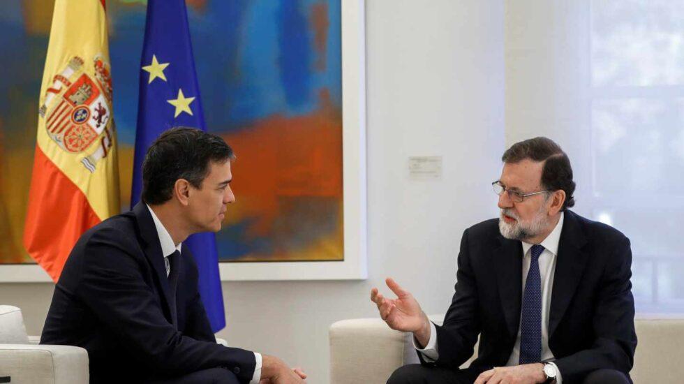 El presidente del Gobierno, Mariano Rajoy (d), y el líder del PSOE, Pedro Sánchez, durante la reunión que mantuvieron hoy en el Palacio de la Moncloa para tratar de coordinar una acción conjunta ante el nuevo escenario político abierto en Cataluña con la investidura de Quim Torra