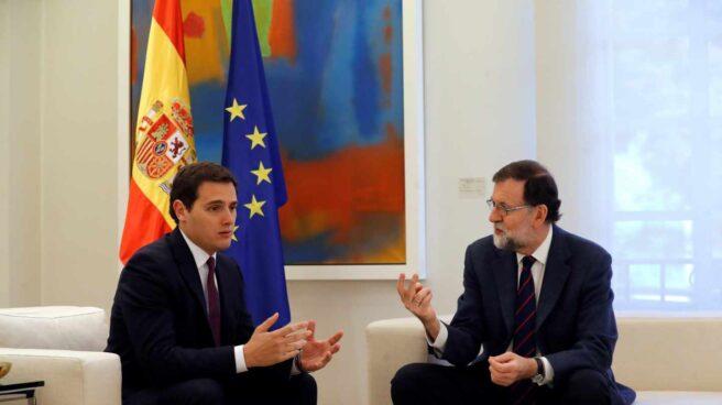 El presidente del Gobierno, Mariano Rajoy, durante la reunión que mantuvo esta mañana con el líder de Ciudadanos, Albert Rivera (izda), con quien buscará recomponer un frente al desafío secesionista en Cataluña, después de que la formación naranja anunciara que rompía el pacto para la aplicación del artículo 155 de la Constitución en esa comunidad.
