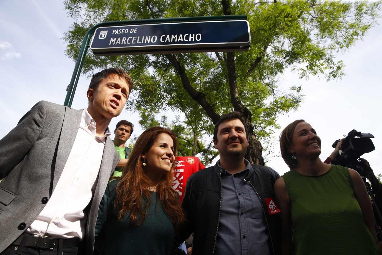 El diputado de Podemos, Iñigo Errejón (i), la diputada de Izquierda Unida, Tania Sánchez (d), durante la inauguración del paseo dedicado Marcelino Camacho, que anteriormente era paseo de Muñoz Grandes, una de las calles incluidas dentro del plan del Ayuntamiento de Madrid de sustitución de los nombres de vías y plazas para adaptar el callejero a la Ley de Memoria Histórica.