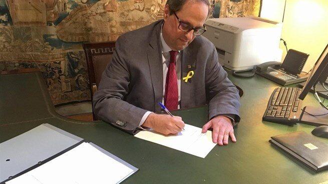 Quim Torra firma el documento con los nuevos consejeros.