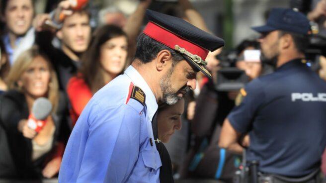 Josep Lluís Trapero, saliendo de la Audiencia Nacional tras declarar la primera vez ante la juez Lamela.