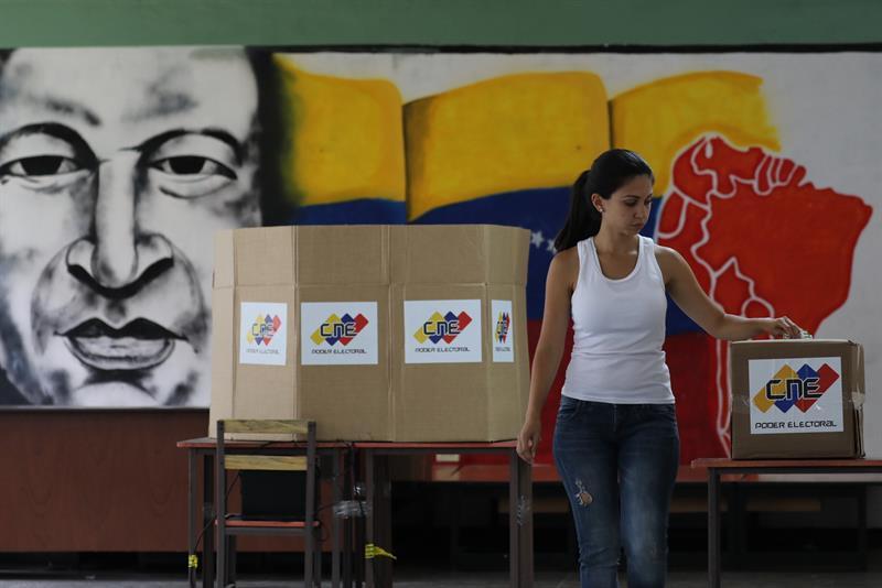 Una venezolana vota sola en un colegio electoral de Caracas.