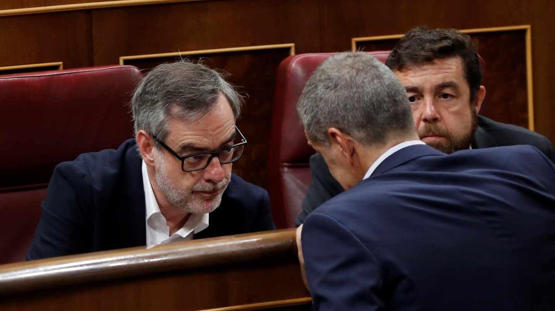 El portavoz de Ciudadanos, José Manuel Villegas, conversa con Toni Cantó y Miguel Ángel Gutiérrez.