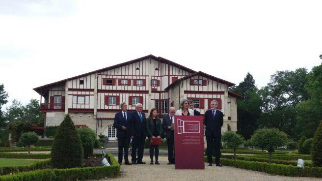 Los responsables internacionales, durante su lectura en Cambo.