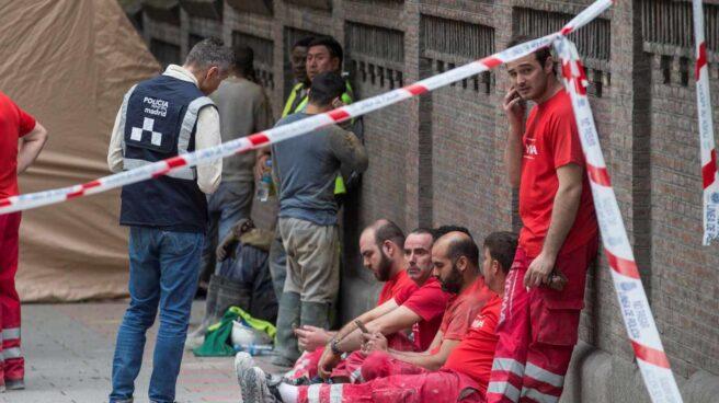 Bomberos y Policía Local de Madrid, en la zona del accidente en la Calle Martínez Campos.