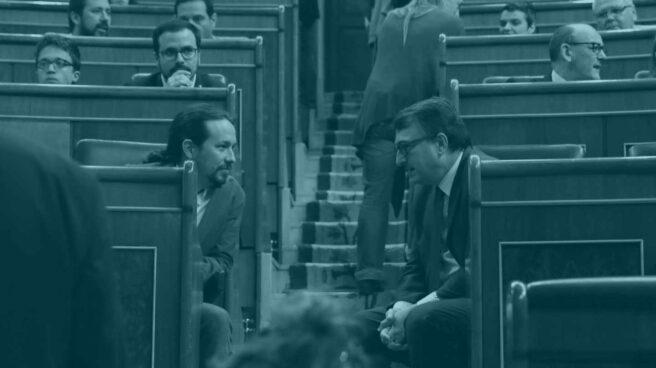 El portavoz del PNV, Aitor Esteban, conversa con el líder de Podemos, Pablo Iglesias.