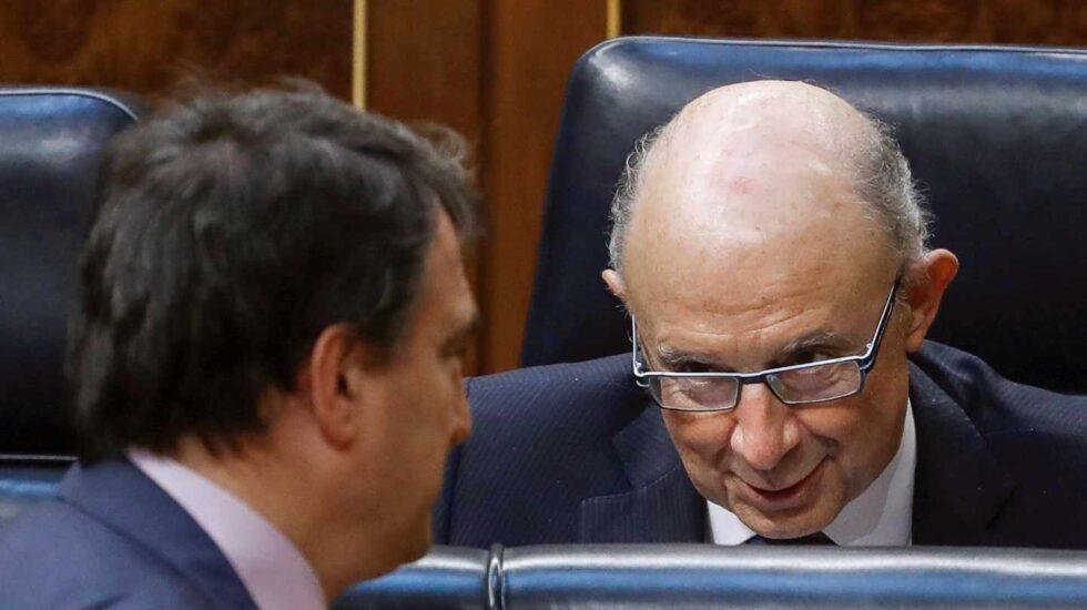 Cristóbal Montoro y Aitor Esteban (PNV), en el Congreso de los Diputados durante el debate de los Presupuestos.