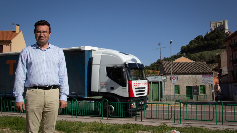 Roberto Díez, alcalde de Peñafiel, posa en la N-122 que divide su municipio en dos.