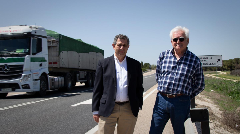 El alcalde y teniente de alcalde de Quintanilla de Onésimo, Carlos del Barrio (PSOE) y Juan Moreno (Cs), en la N-122.