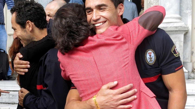 La consejera de Justicia de la Junta de Andalucía, Rosa Aguilar, abraza a José Enrique Rodríguez, uno de los tres bomberos de la ONG Proem-Aid que han llegado esta mañana al tribunal de Lesbos
