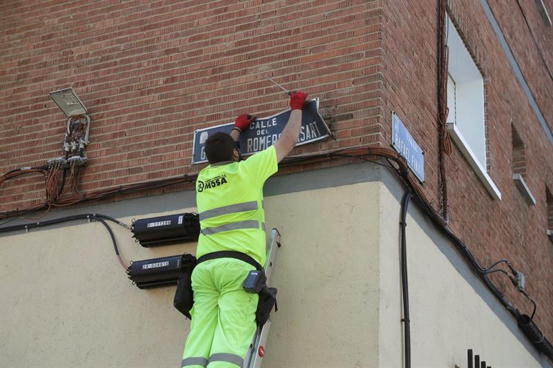 Un operario sustituye la placa de la calle General Romero Basart en Madrid tras el fallo del TSJM.