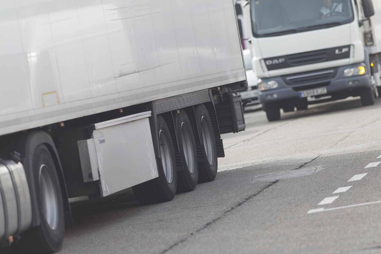 Varios camiones circulan por carreteras españolas.