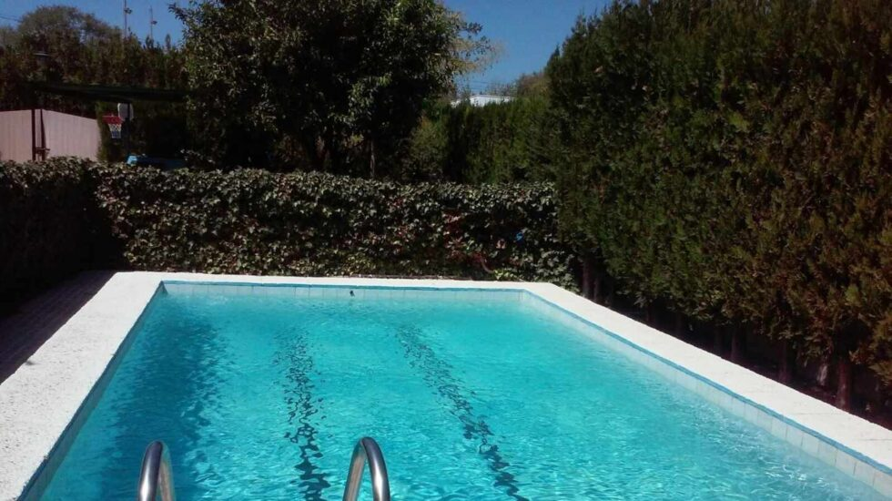 Vivienda particular con piscina.