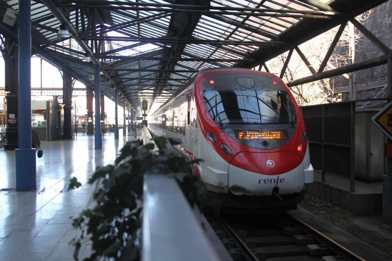 Un tren de Renfe de Cercanías de Madrid entra en una estación.