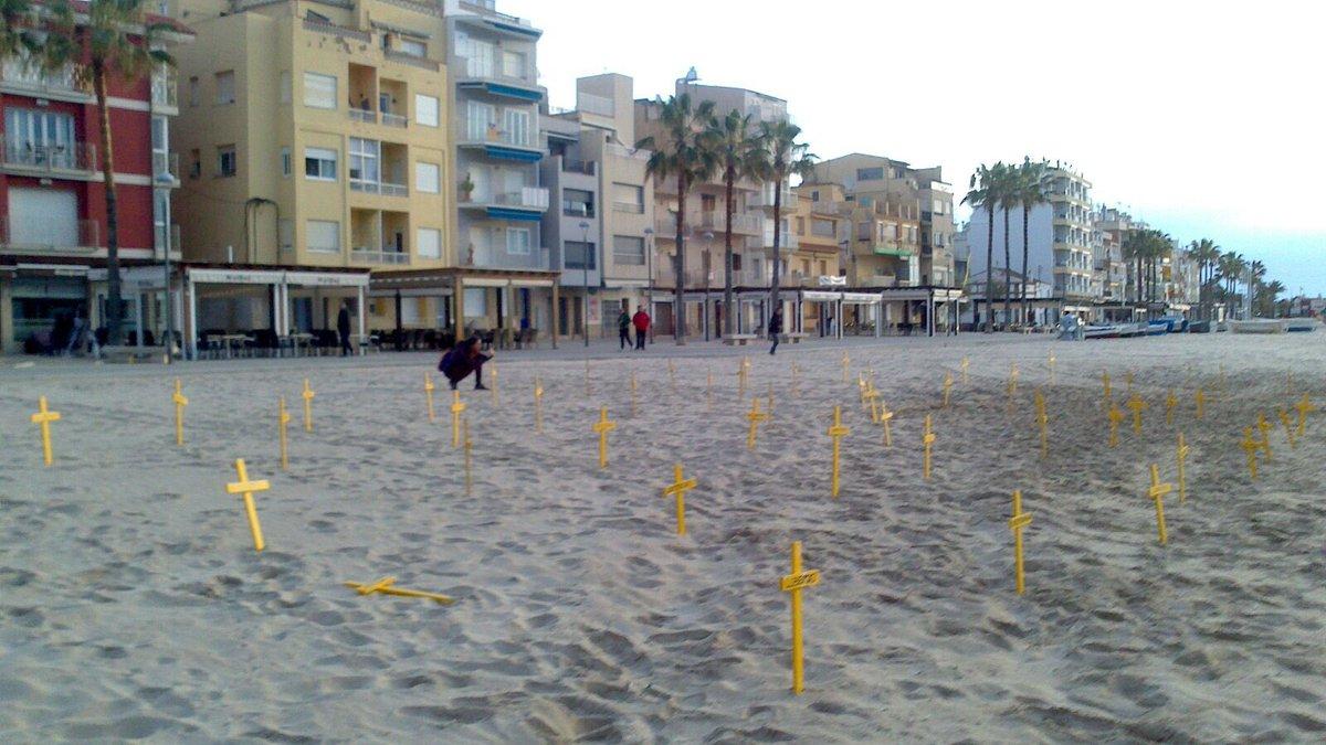 Cruces amarillas colocadas en varias playas de Barcelona en apoyo a los presos independentistas.