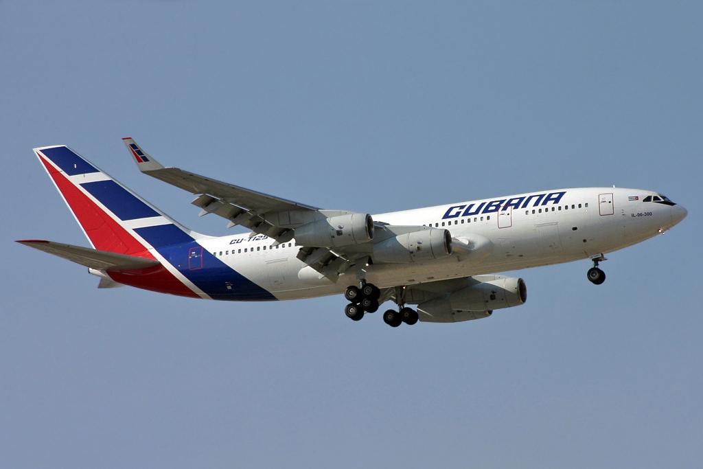 Un avión de la compañía Cubana de Aviación, en pleno vuelo.